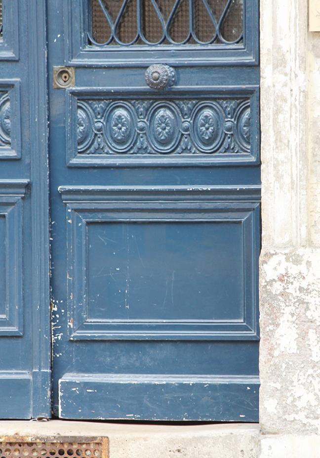 blue door in versailles