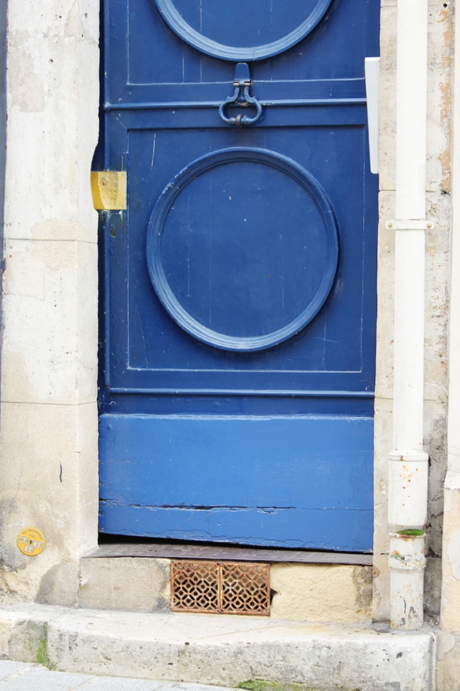 blue door in versailles