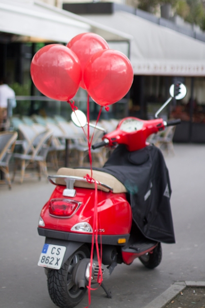 paris red balloons